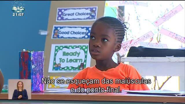 Uma jovem portuguesa construiu uma escola em pleno deserto da Namíbia. É suportada com ajudas que chegam de todo o mundo, mas também com o negócio dos familiares, que vivem na região. Às crianças é oferecida educação, comida e água.