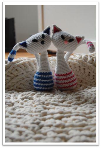 Crochetra Vi springer et øjeblik lige ud af julestemningen og kaster os i stedet over disse smukke katte, som vil være en skøn julegave  Tak tilCrochetra for at få lov til at oversætte opskriften og tak til Laila B. Thomsen, der fandt den  [important] Klik her ogbesøg designeren[/important] [warning]Hækler du efter denne opskrift?[/warning] … Læs mere »