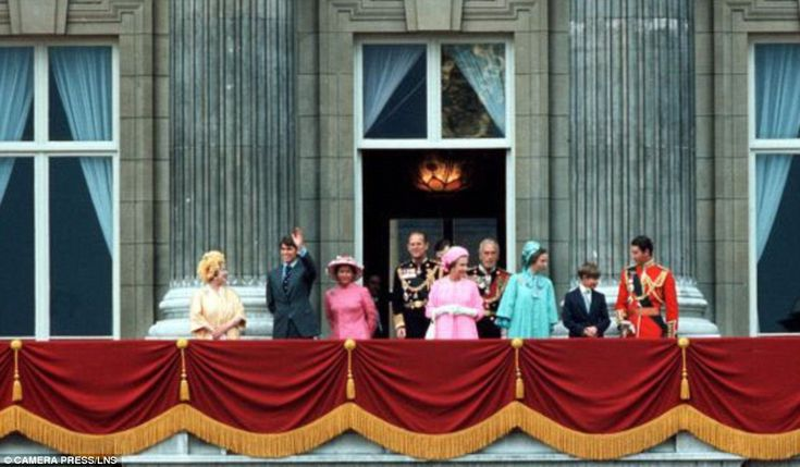 The pictures of the balcony that show the changing face of for Queen elizabeth balcony
