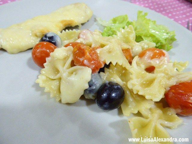 Gratinado de Massa Farfalle, Tomate Cherry e Azeitonas com Bifinhos de Frango - http://gostinhos.com/gratinado-de-massa-farfalle-tomate-cherry-e-azeitonas-com-bifinhos-de-frango/