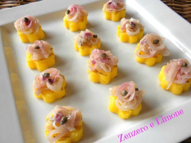 Questi bocconcini di polenta sono adatti a tutte le stagioni e possono essere realizzati nella forma che si preferisce. Un finger food di effetto