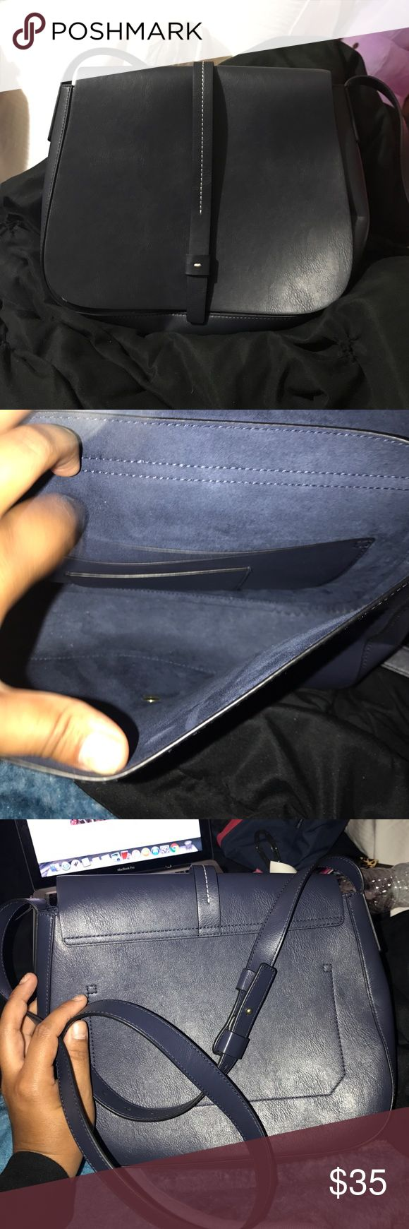 Gap shoulder bag Very nice Gap shoulder bag in Navy color. Big size. Can hold an ipad mini, make up bag, water bottle, keys and phone. In perfect condition! No flaws! GAP Bags Shoulder Bags