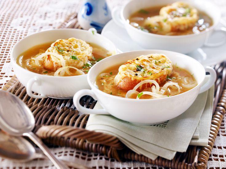 Einfach, aber raffiniert: Die französische Zwiebelsuppe wird von einer Scheibe Baguette gekrönt und im Ofen mit Käse überbacken. So geht's!