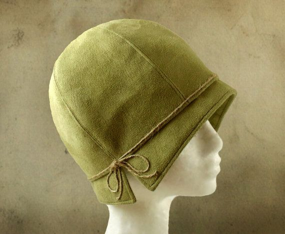 """Lois mit Bindfäden - 1920 der grünen Faux Wildleder Cloche Stoff Hut Größe 22"""""""