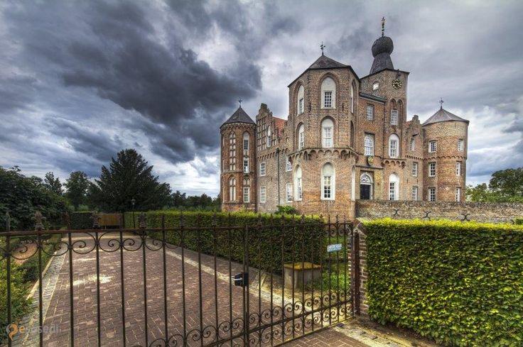 Замок Круа – #Нидерланды #Северный_Брабант (#NL_NB) Средневековый замок XV века.  ↳ http://ru.esosedi.org/NL/NB/1000446903/zamok_krua/