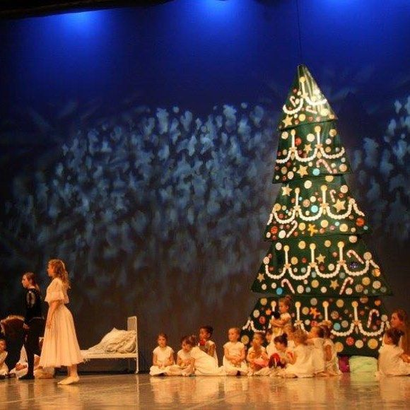 E finalmente sul palco #nutcracker #schiaccianoci #nutcrackerscene  #scenicart #sceneconstruction #lovemyjob #christmastree #balletrecital #ballet #instadance #instaballet #nutcrackerballet #scenography #nutcrackertree Handmade nutcracker tree scenography, the tree is available for rent or for sale.