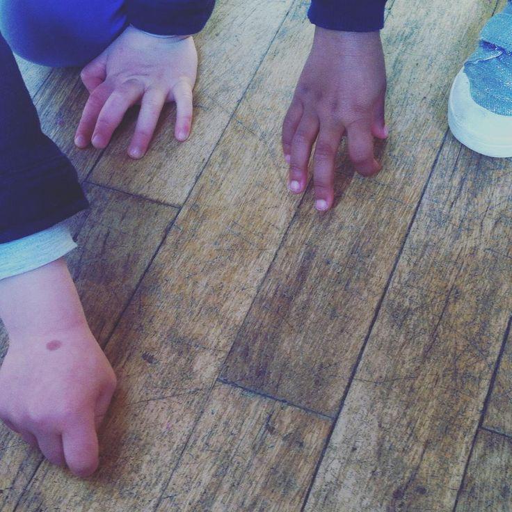 Semer le rire dans la classe. Ancrage symbolique de bien-être. Jouer à planter sa graine du rire, jouer à la regarder pousser en riant. Par la contagion, le rire s'installe dans le groupe classe, les enfants se retrouvent et se détendent ensemble, sans inhibition, lors d'une transition dans l'emploi du temps, avant de partir dans la salle de danse. #gestiondugroupematieresdecole #rituelsmatieresdecole #yogadurire
