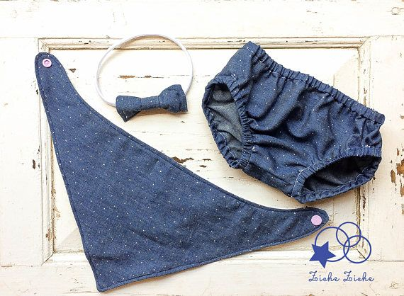 Costume jeans bimbo, costume jeans bimba, costume cotone, copri pannolino cotone, culotte bambina  Estate made in Italy per non passare inosservati!  Le mie culotte in morbido e fresco cotone possono essere indossate come copri pannolino sotto una gonna, oppure al mare come costume copri pannolino. Durante lestate possono anche servire come pantaloncini.  Le mutandine sono realizzate in jeans di cotone 100% in tre varianti, blu, blu con brillantini e lavaggio blu-grigio. Il modello ha una…
