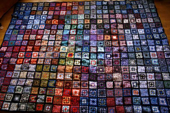 Lapptäcke av mormorsrutor /patchwork quilt Hittat på http://katjaelina.wordpress.com/2010/08/18/lapptacke/