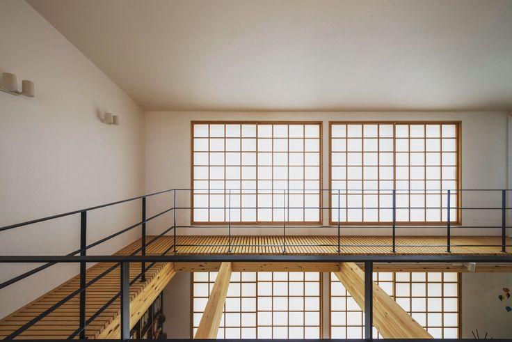 夏涼しく冬暖かい、温熱にこだわったお家。開放的な間取りと、吹抜け•スノコ床が家中に空気を運びます。障子紙の調湿と保温性が、温熱環境に一役かっています。 #吹抜け #スノコ #障子 #温熱 #アイアン手摺 #勾配天井 #パッシブ #設計事務所 #香川 #愛媛 #コラボハウス