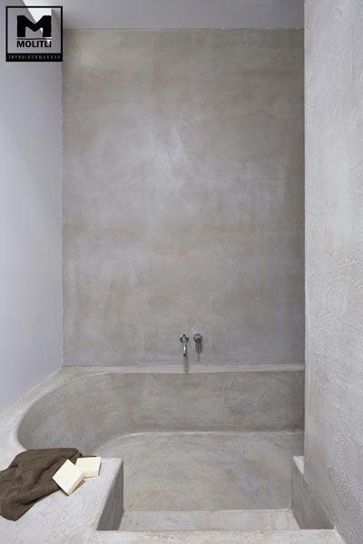 Door ons gemaakte betonlook badkamer met op maat gemaakt verzonken bad van betonstuc. www.molitli-interieurmakers.nl