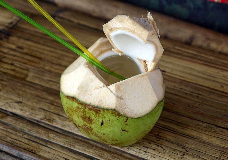 10 razones para beber agua de coco que probablemente no sabías