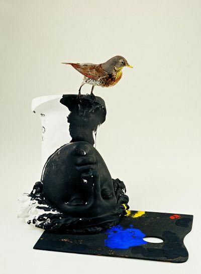 Claudio Parmiggiani - Senza titolo, 1976 Uccello impagliato, colature di colore, tavolozza
