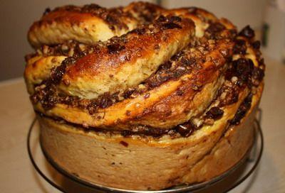 Витой пирог с финиками и орехами