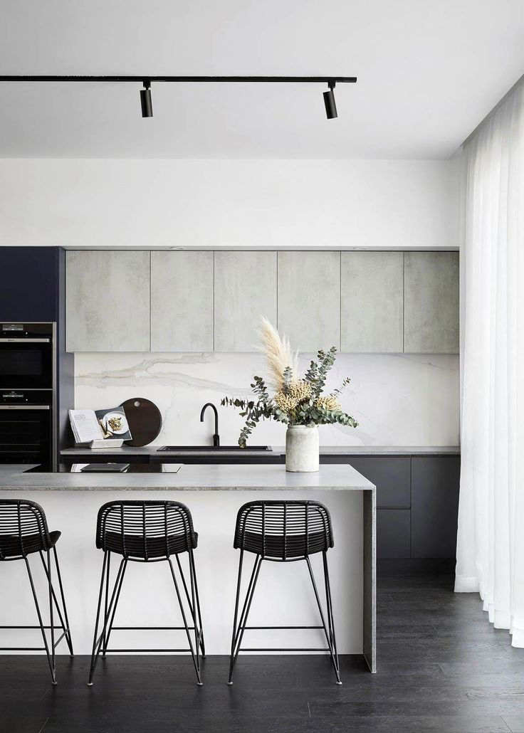 This contemporary kitchen mixes materials to great…