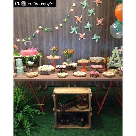 #mulpix Decoração mais charmosa realizada pela @craftroombyfe com painel, mesa de madeira com cavalete laranja e peças @mabbeladecor ❤️  #mabbeladecor  #alugueldepecasdecorativas  #alugueldepecas  #alugueldeluxo  #alugueldemoveis  #mabbeladecor   #Repost @craftroombyfe with @repostapp. ・・・ Decoração rústica para comemorar o aniversário da Isa❤️  #craftroombyfe  #rustico  Decoração: @craftroombyfe  Móveis, painel e peças: @mabbeladecor  Bolo e doces: @casadoceconfeitaria