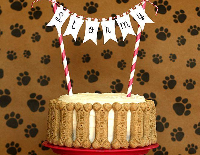 Si tu mascota es un integrante más de tu familia y quieres celebrar su cumpleaños como tal, ¡tienes que probar esta dogcake para su día!Es realmente muy fácil y a él le cantará, querrá cumplir años todos los días. ¡Anímate!Ingredientes:2 bananas maduras hechas puré4 cdas de miel1 huevo2 tazas de agua3