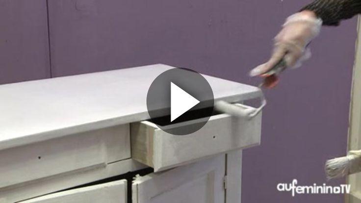 Envie de relooker votre meuble ? Découvrez en vidéo comment le patiner.