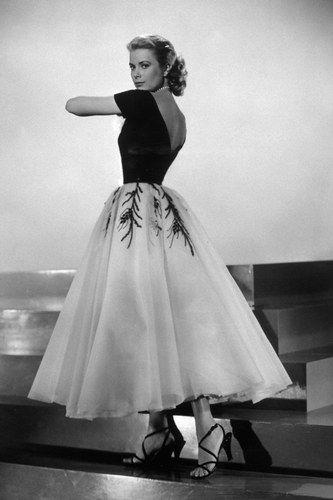 Grace Kelly élégante dans une magnifique robe des années 50 Edith Head, la costumière la plus célèbre d'Hollywood, y est pour quelque chose, car c'est elle qui habillait toutes les plus grandes divas de l'époque.