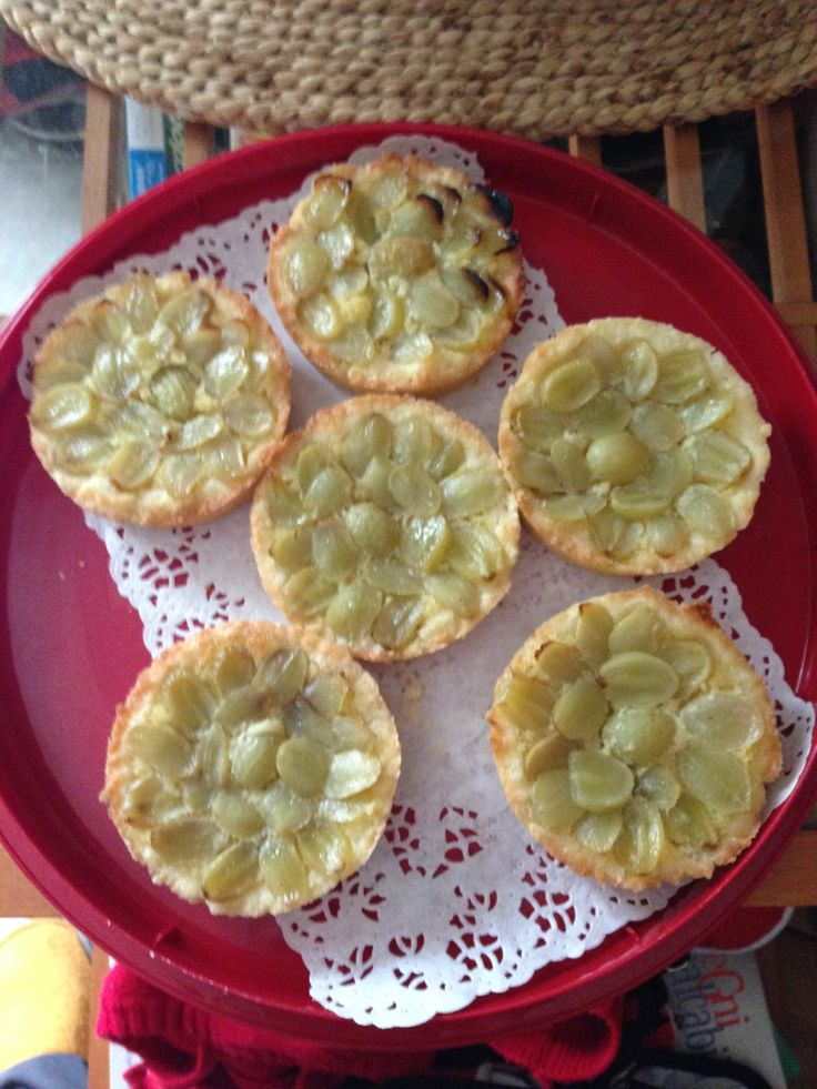 Crostatine con marzapane e uva
