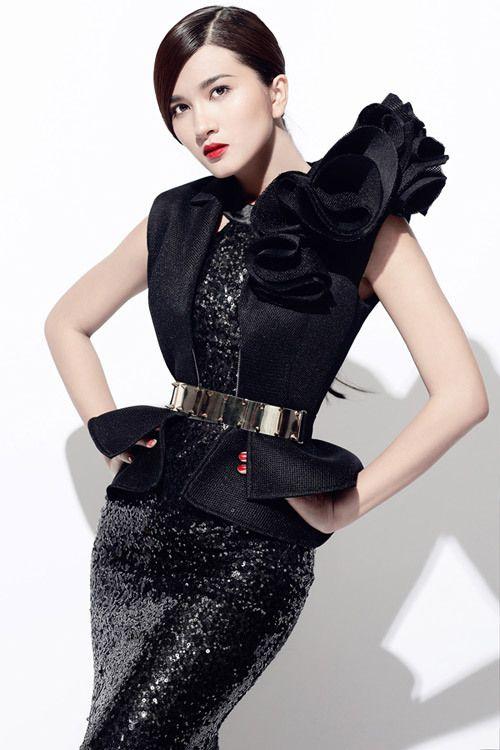 Kim Tuyến kiêu kỳ với váy sequin của NTK Chung Thanh Phong