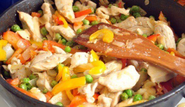 Курица с овощами   на 100грамм - 77.07 ккал. Б/Ж/У - 9.44/3.36/3.22     Ингредиенты: 200 г очищенных от кожи куриных грудок или филе, 200-300 г брокколи, 50 мл воды 15 г оливкового масла, 1 маленькая морковь.  Приготовление: 1. Куриные грудки очистить, промыть и разрезать на порционные куски (2 – 3 см); 2. Порционные кусочки курицы приготовить на пару с небольшим количеством теплой воды или потушить на медленном огне; 3. Когда мясо станет мягким, добавить нарезанную морковь и соль; 4. Через…