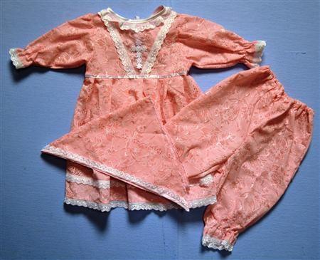 """Набор крестильный для девочки """"Веснушка""""  — 1045р. --- Каждый требовательный родитель знает, какая проблема - поиск детских вещей, удовлетворяющих все запросы, будь то одежда, игрушки или домашний текстиль. Касается это и крестильного набора для девочки """"Веснушка"""", сполна оправдывающего все ожидания. Материал - гладкокрашеный тончайший батист, сочетающий красоту и деликатность. Плетение невесомых волокон делает ткань максимально легкой, но одновременно - прочной. Не придется беспокоиться…"""