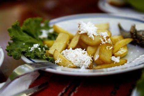 Kartofi sus Sirene: Een populaire schotel in Bulgarije en Oekraine is de 'kartofi sus sirene', bestaande uit gebakken friet gesmoord in een mix van kaas, boter, eieren en peper.
