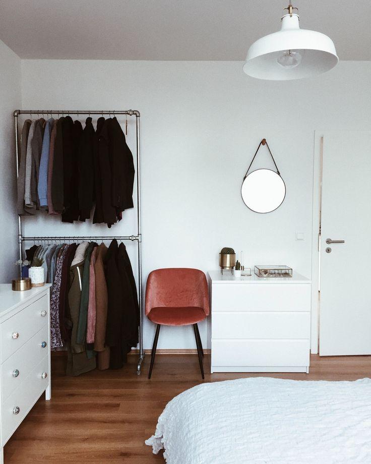 Das minimalistisch eingerichtete Schlafzimmer von …