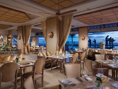 高級レストラン顔負けのゴージャスなインテリアながら、窓の外はビーチというギャップがいい。地中海料理の「Soleil」