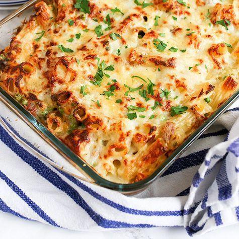 O cina cremoasa, usor de preparat, consistenta, o obtineti preparand delicioasele Paste cu ton la cuptor.