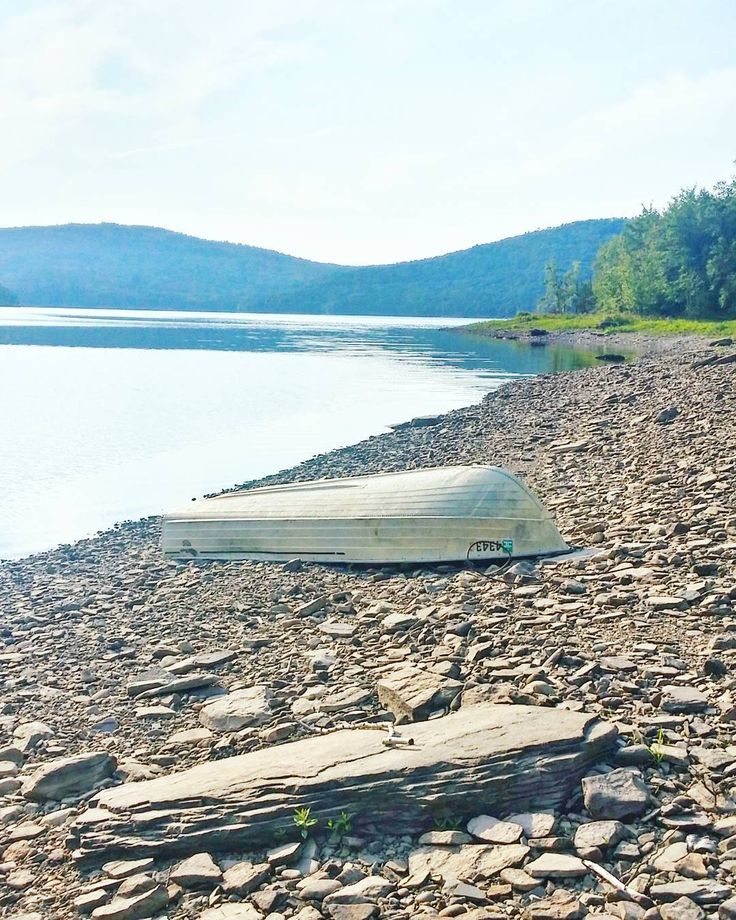 Let's take the boat out to the lake for a row! Locals had left their row boats on the shores of this lake in Upstate New York. No locks no nothing. Must be a safe place.  #catskills #pepacton #newyork #shore #beach #ranta #järvi #lake #soutuvene #travel #matka #reissu #catskillsny #työmatka #adventure #mondolöytö #skimbaco #IGtravelthursday #passionpassport (via Instagram)