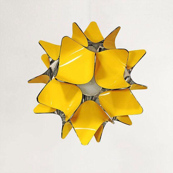 Gele lampenkap. Unieke kroonluchter verlichting met glanzende licht reflecterende binnenste laag. Geometrische bol lamp in meer kleuren.