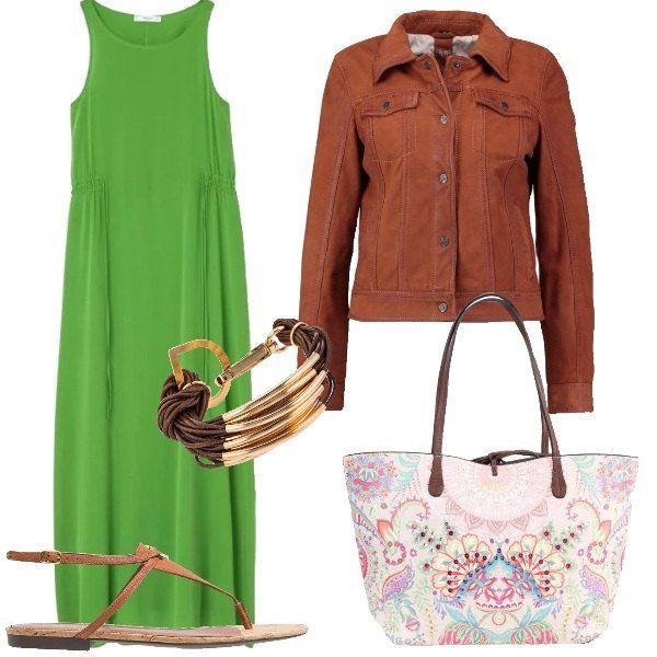 Outfit composto da vestito lungo verde, giubbotto in pelle marrone, infradito color cuoio, borsa Desigual multicolore e bracciale multifilo con placchette dorate.