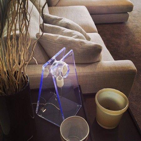 Illuminazione e lampade da tavolo in plexiglass. La nostra vetrina emozionale presso lo show room Berto Salotti di #roma #plexiglass #design #arredo #arredamento #vetrineemozionali #designtrasparente #letto #bertosalotti #lampada #moderna #luce