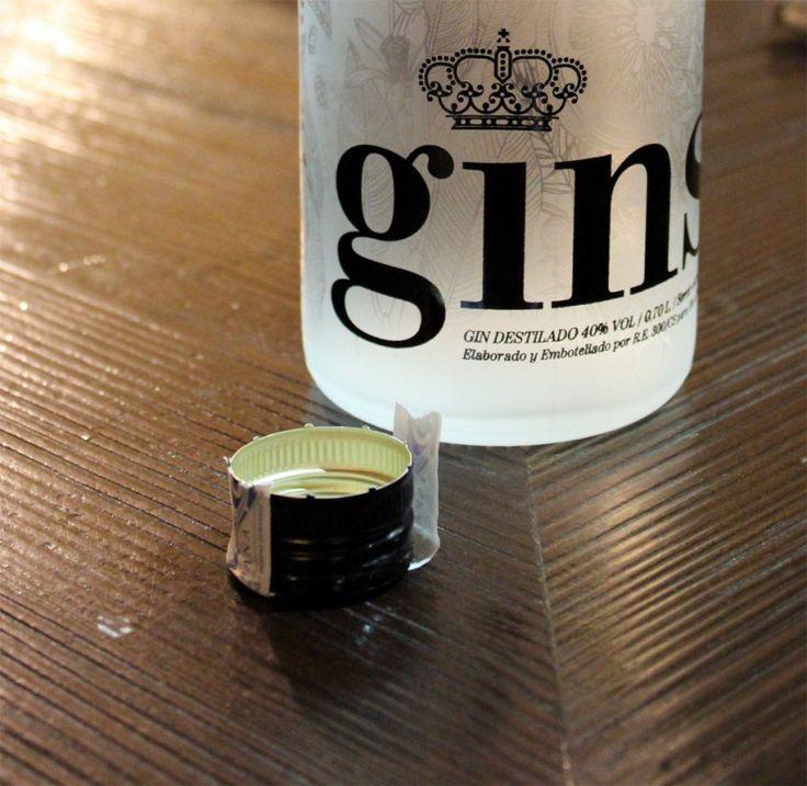 Ginself, una ginebra mediterránea que se elabora de manera artesanal a partir de alcohol de remolacha y agua de manantial de la Sierra de Espadán (Castellón), además de chufa, azahar, naranja, limón, angélica, mandarina y bayas de enebro.