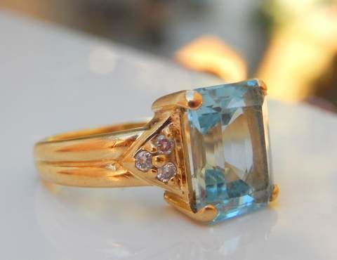 Prachtig topaz ring met 6 diamanten op 18 kt geel goud  Ring met een natuurlijke sky blue topaz zeer zuiver onder vergroting emerald cut van 10 x 8 mm dat wil zeggen ca. 410 ctopgezet door 4 klauwen aan de vier hoeken van de stenen en omringd met 3 diamanten aan elke kant.Kleine briljant gesneden witte diamanten van elk 1 mm en 6 in totaal kwaliteit VS2 kleur H / ikMassief gouden ring met dikke schacht hoogte op vinger 7 mm met verhoogde kroon gordel van 15 x 10 mmMaat 49 / VS 5 en nr. 9…