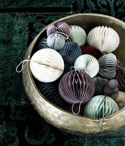Schlicht und einfach: Die Papierbälle in dezenten Farben wirken unaufdringlich und bringen Leichtigkeit in Ihre Weihnachtsdekoration.Hersteller:...