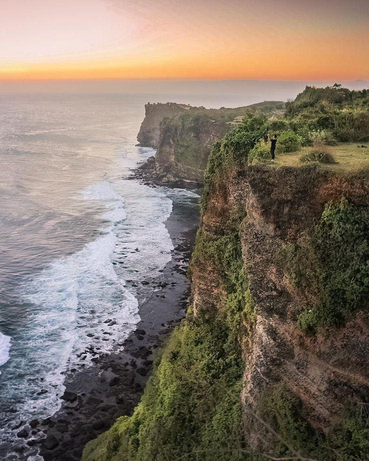 Puncak Karang Boma Uluwatu yang merupakan tempat berdirinya Pura Luhur Uluwatu berada di kawasan Desa Pecatu, Kecamatan Kuta Selatan, Kabupaten Badung, Provinsi Bali. Pura Luhur Uluwatu tersebut menurut sejarah yang terdapat di Lontar Kusuma Dewa merupakan salah-satu dari enam Pura Sad Kahyangan yang paling dihormati. Pura ini memiliki lokasi di atas anjungan batu karang yang sangat terjal dan tinggi, posisinya yang menjorok ke arah Samudera Hindia dan berada pada ketinggian ± 97 mdpl…