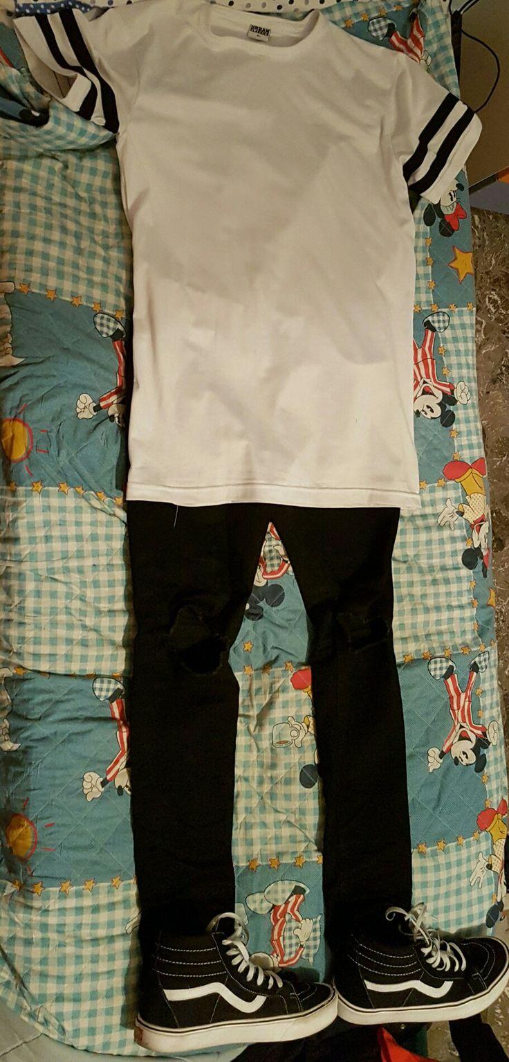 Look urban classic: Ho abbinato i colori bianco e nero, perfetti insieme. Il pantalone è un pantalone Skinny con lo strappo al ginocchio, la maglietta è classica dello stile urban, infatti si possono vedere le strisce ai lati tipiche urban. Invece le scarpe sono delle Vans  old skool biance e nere