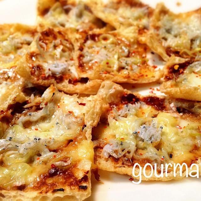 咲きちゃーん、これ美味しー♡(>◡<)♡ お揚げサクサク✨ ビールにも ピッタリ(笑) 殺風景な写真でごめんねー レシピありがとー - 127件のもぐもぐ - 咲きちゃんのオツな肴シリーズ②ピリ辛ネギ味噌きつねピザ by gourmand