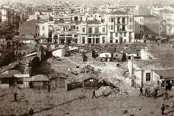 Ο παλιός κεντρικός άξονας της πόλης, η Εγνατία, οριοθετεί δυο κόσμους και χωρίζει από παλιά μέχρι σήμερα την πόλη στα δύο. Βόρεια και νότια της λεωφόρου. Στην ιστορία της άνωθεν της Εγνατίας πόλης κεντρικό ρόλο έπαιξε η περίφημη Πλατεία Δικαστηρίων, σημερινή Πλατεία Αρχαίας Αγοράς.