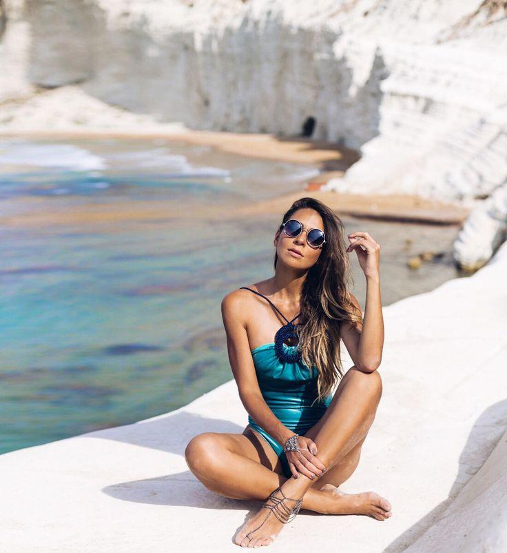 Modelo de maiô body . look de praia . moda praia