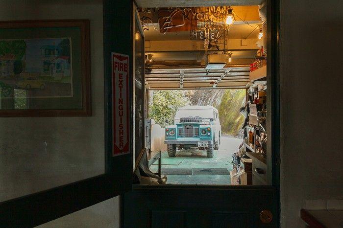 キッチンの勝手口の先には、DIYなどができるガレージがある。奥に見える車は、1969年製のランドローバー。日本にいるときにネットオークションで売りに出ているのを見つけて一目惚れし、マサチューセッツ州のナンタケット島までピックアップに向かったというエピソードが。今も現役で大切に乗っている。
