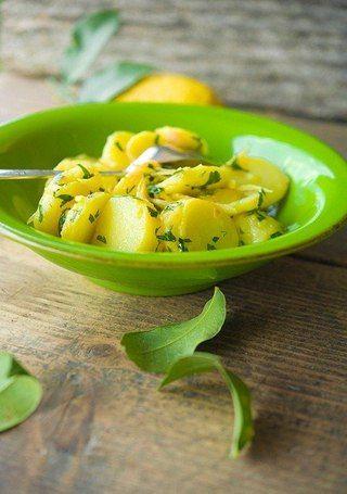 Картофель с лимоном  на 2 человека:  6-8 средних картофелин 1 большой лимон, хорошо помыть 1 средний пучок петрушки (только листья) 2 очищенных зубка чеснока оливковое масло холодного отжима или сливочное масло свежемолотый черный перец соль