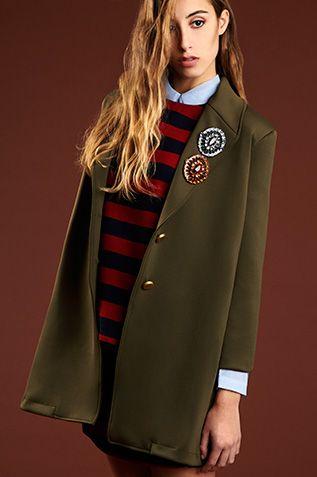 BRITISH MODE. Abrigo de A Collection, top de Compañía Fantástica, blusa de Sinty y broches de Quintana.