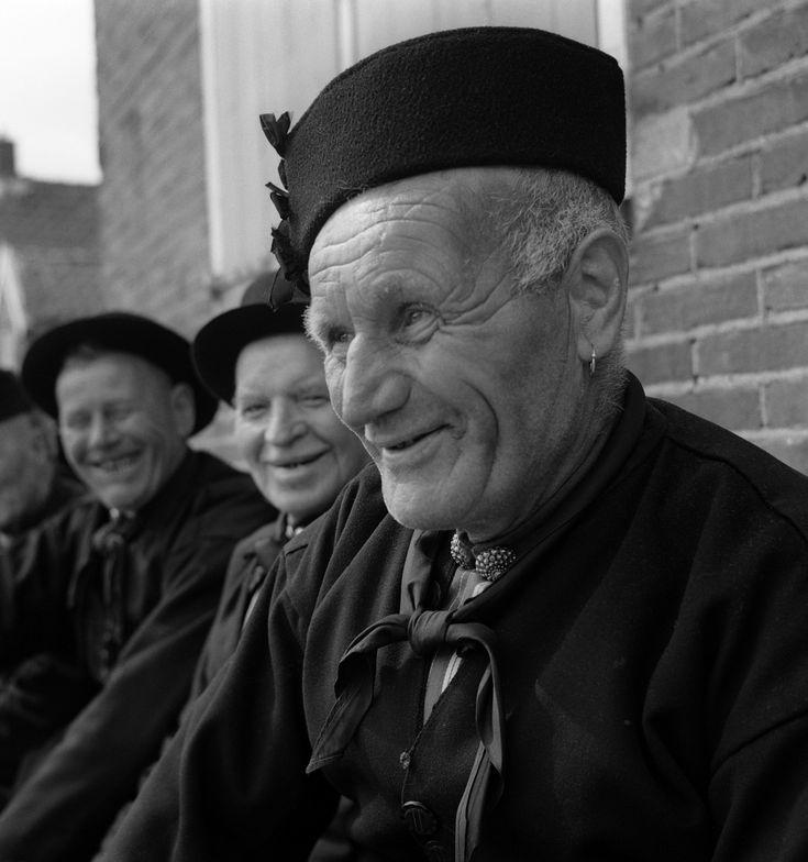 Man in klederdracht met karrepoes-muts, Urk (1950-1960) #Urk