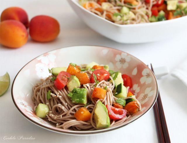 Sucrez, salez, mangez ! Laissez vous guider par la recette de la salade de nouille soba aux abricots, tomates, avocats et concombre !