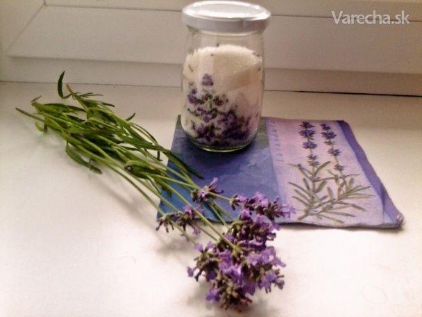 Urobte si levanduľový cukor, ktorý sa dá použiť do čaju aj do pečenia.  Suroviny  500 gcukor kryštálový  25 gkvet levanduľový    Postup prípravy receptu Nazbierame si levanduľové kvety a jemne ich rozdrvíme. Pripravíme si do pohára cukor a zmiešame s kvetmi, necháme uzavreté 6 týždňov a máme voňavý cukor, ktorý môžme použiť do pečenia, alebo do nápojov. Levanduľa lekárska má antistresové účinky, pôsobí upokojujúco a dokonca vraj uchováva mladosť a sviežosť :-)