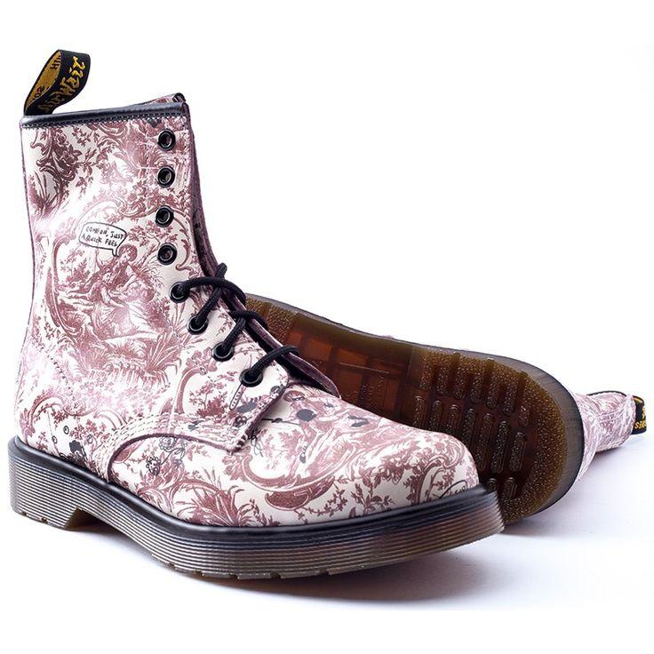 Узорчатые ботинки в фирменном дизайне Dr. Martens с традиционным контрастным швом для подошвы и приподнятым носком. Станут отличным выбором для тех, кто предпочитает авангардные решения для своего осенне-весеннего гардероба.  Каждая модель от Dr. Martens — это удобство и качество, проверенное временемДоставка по всей Украине.